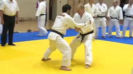 普京与奥运冠军练柔道受伤