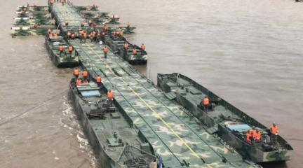 两千官兵架千米浮桥渡长江