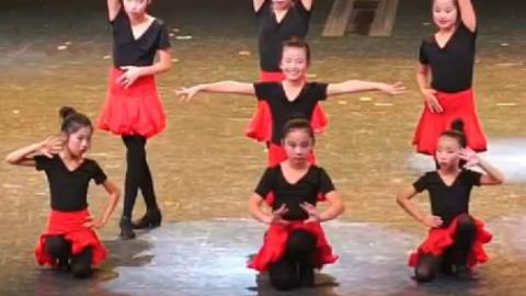 小学女生们表演TFBOYS《青春修炼手册》之拉丁舞版实力非凡
