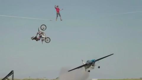 超惊险极限挑战!特技飞机同时穿过绳索达人和摩托飞车!