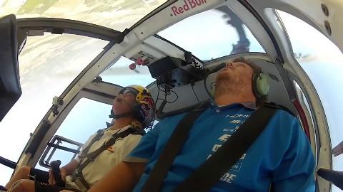 看直升机飞行员如此亡命挑战极限,就知道是红牛赞助!