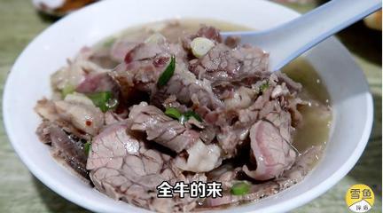 挤到露天吃饭还得拼桌的牛肉汤