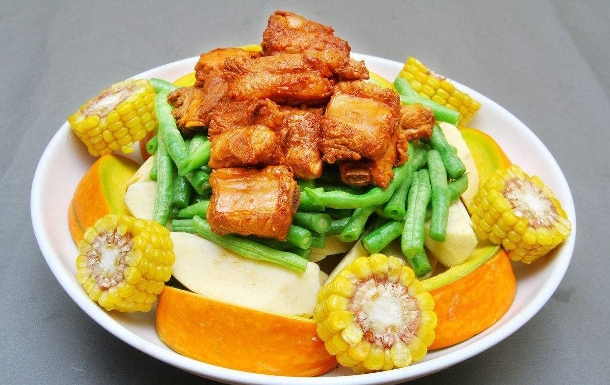 东北大丰收,这道菜真可谓是东北菜中的大众情人,豆角,南瓜,玉米,土豆