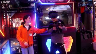 花40元体验VR游戏,画面太真实,小伙被吓的出汗