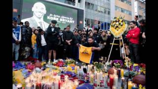 球迷在斯坦普斯中心悼念科比