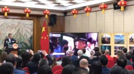 驻英大使记者会上放了一段视频