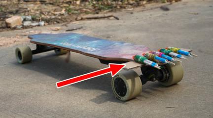 """将""""玩具火箭""""装在滑板上,能推动滑板吗?"""