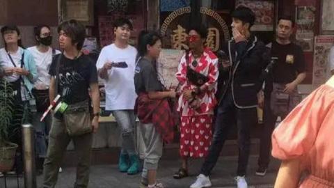 王宝强穿花裙子上街?原来是与刘昊然在日本拍《唐人街探案3》Part1