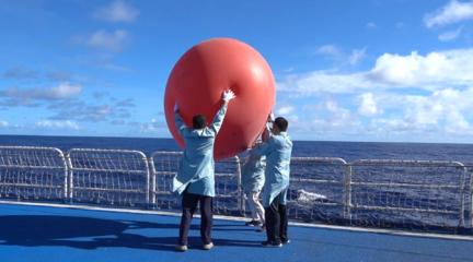 遠望3號船組織釋放信標氣球