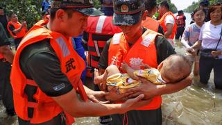 近千救援人员高温下奋战,解救新乡决口处附近上万被困群众