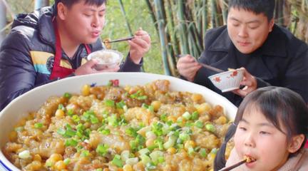 宴席上才吃得到的酥肉,德哥2斤豌豆蒸1小时,直接1勺汤泡饭真过瘾
