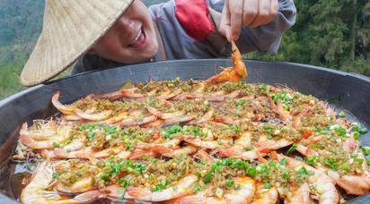 """110元买2斤大虾,秘制一锅""""蒜蓉虾""""鲜香入味,一口一个吃着真爽"""