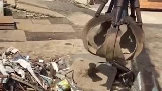 如何处理一台报废的汽车...这工作看起来好解压