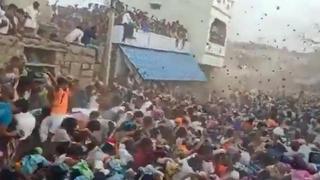 牛粪满天飞!印度遭遇疫情高峰,数千民众却聚在一起扔牛粪庆祝