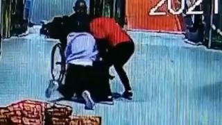 老人坐轮椅从电梯上滑落, 两个女孩发现后飞奔上前,用身体当刹车将老人救下