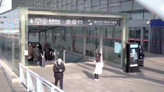 零下14度的青岛,少女在高铁站外蹦蹦跳跳,等待归来的男朋友