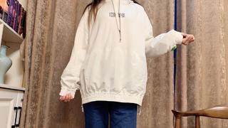 今天在地摊上70元淘一件白色休闲卫衣,搭配上一条牛仔裤挺漂亮得